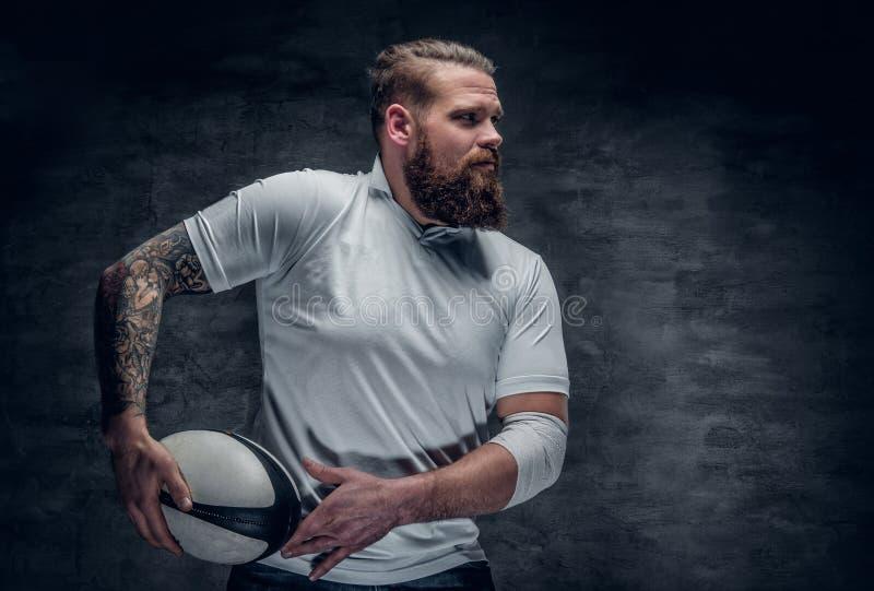 Joueur barbu brutal de rugby dans l'action photographie stock libre de droits