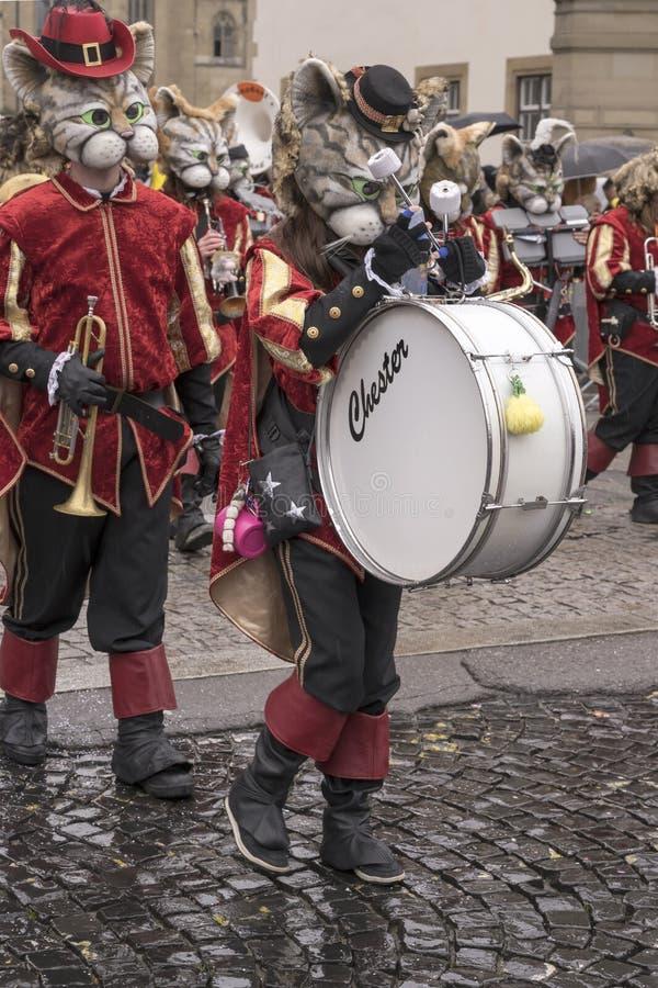 Joueur bas de batteur dans une fanfare des chats au défilé de carnaval, Stuttgart images stock