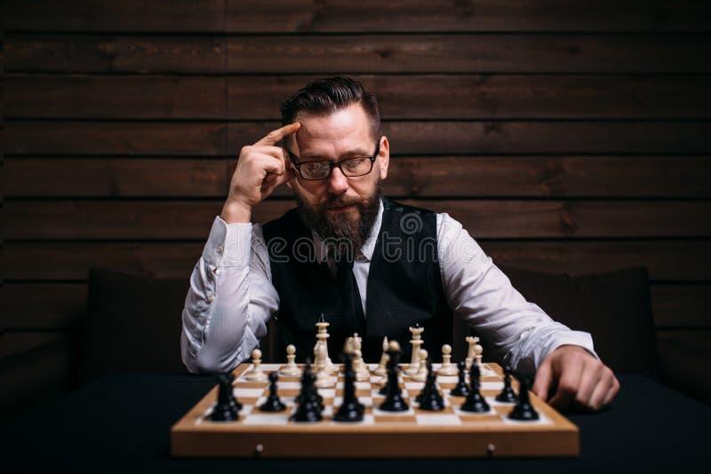 Joueur d'échecs songeur pensant à la stratégie de jeu photo stock