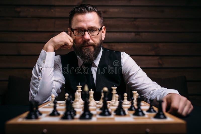 Joueur d'échecs songeur pensant à la stratégie de jeu photos stock