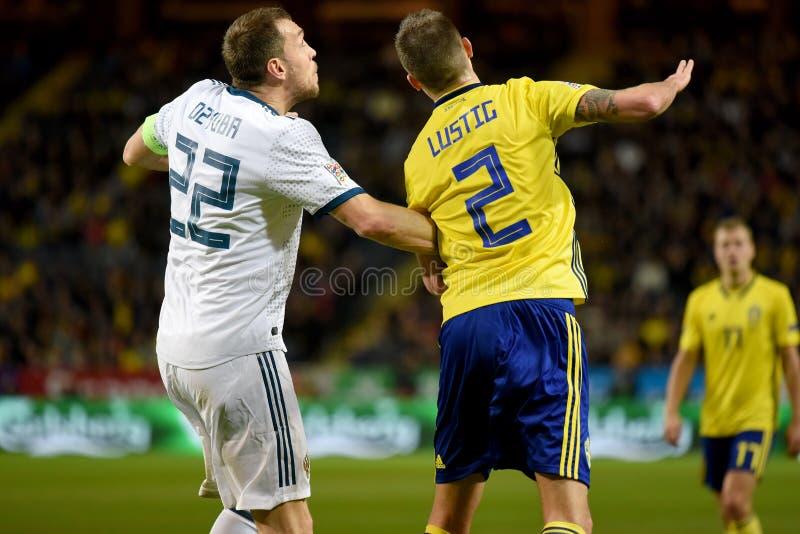 Joueur d'équipe nationale de la Suède Mikael Lustig et gréviste Artem Dzyuba d'équipe nationale de la Russie image libre de droits
