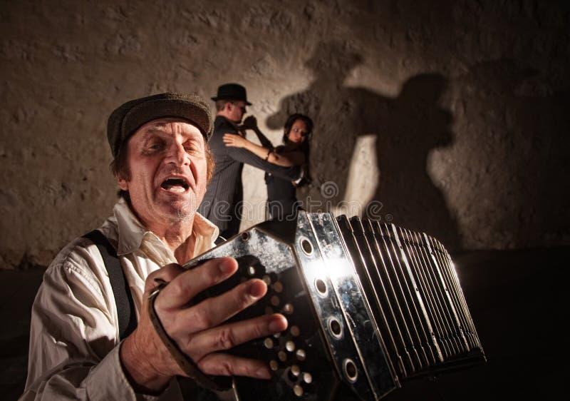 Joueur d'accordéon chantant pour des danseurs photos stock