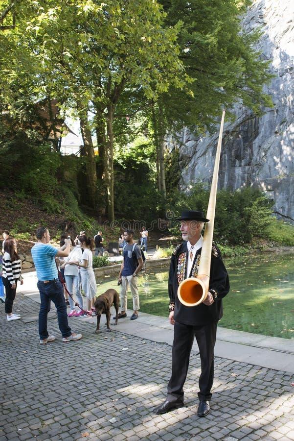Joueur d'Alphorn dans Lucern, Suisse image stock
