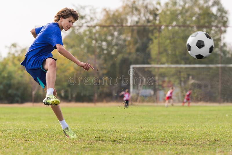 Joueur d'enfants en bas âge sur le champ de match de football photo libre de droits