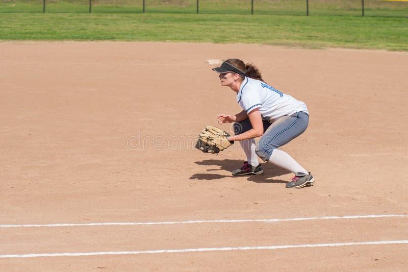 Joueur de base-ball féminin en position prête photo libre de droits
