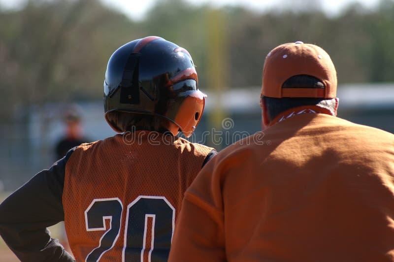 Joueur de baseball et entraîneur de base image libre de droits
