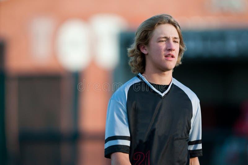 Joueur de baseball de lycée avec de longs cheveux images libres de droits