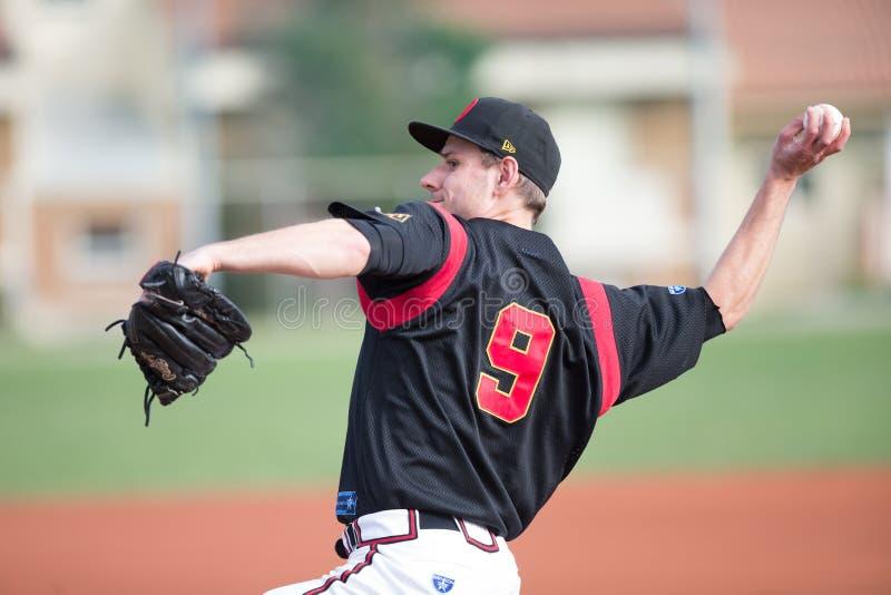 Joueur de baseball pendant un lancement images stock