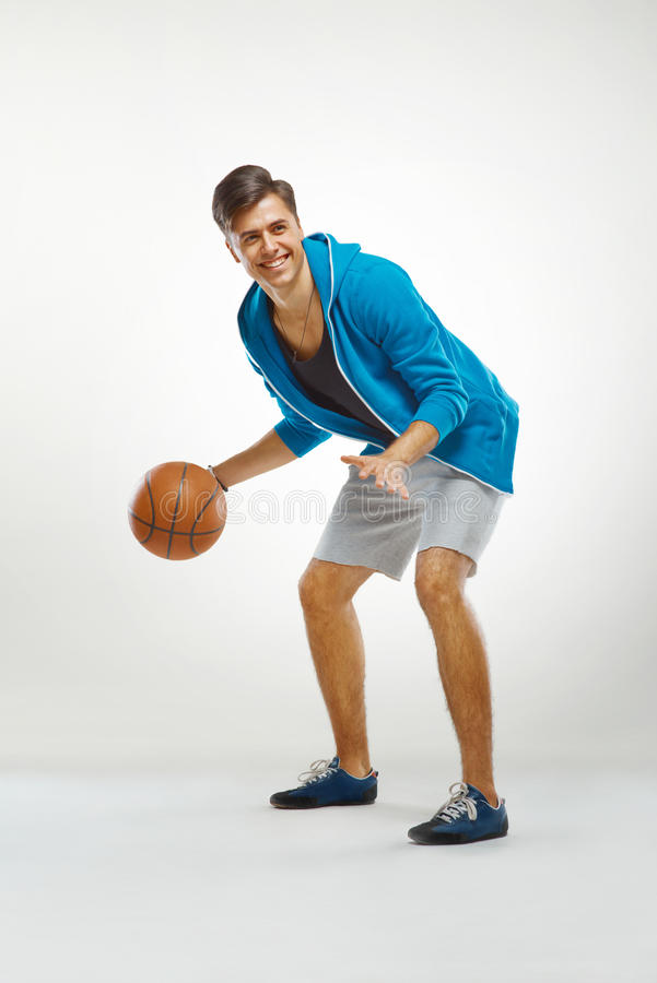 Joueur de basket avec la boule sur le fond blanc photos libres de droits