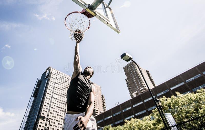 Joueur de basket jouant dur images libres de droits