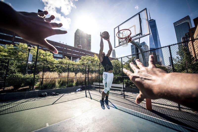 Joueur de basket jouant dur photo stock