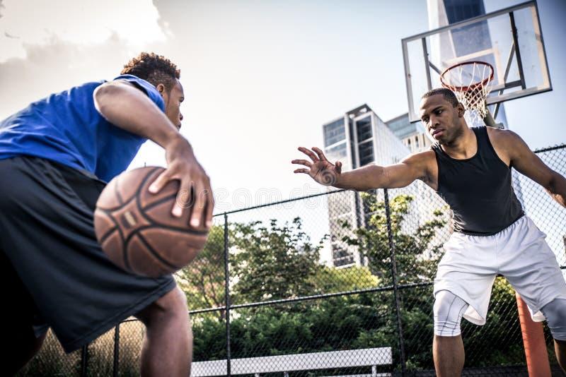 Joueur de basket jouant dur image stock