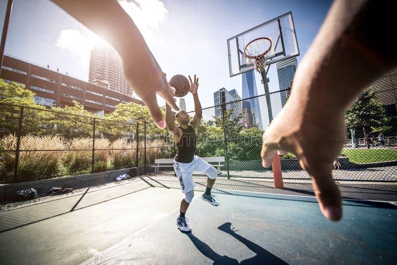 Joueur de basket jouant dur photo libre de droits