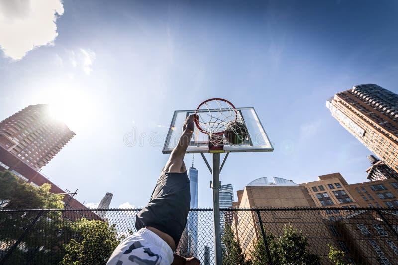 Joueur de basket jouant dur images stock