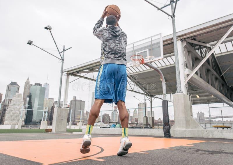 Joueur de basket jouant sur la cour photo libre de droits