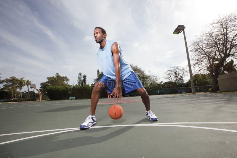 Joueur de basket ruisselant la bille images stock