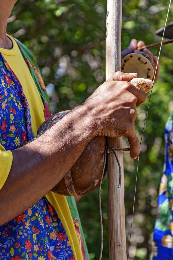 Joueur de Berimbau jouant son instrument photos libres de droits