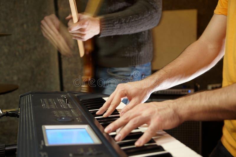 Joueur de clavier dans le studio. guitariste hors focale image libre de droits