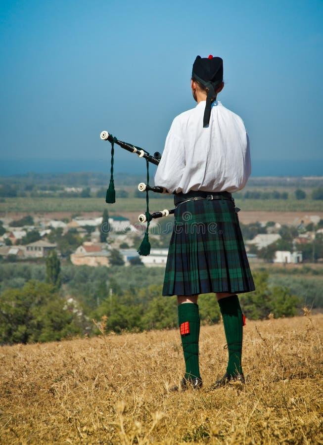 Joueur de cornemuse écossais dans l'uniforme images libres de droits