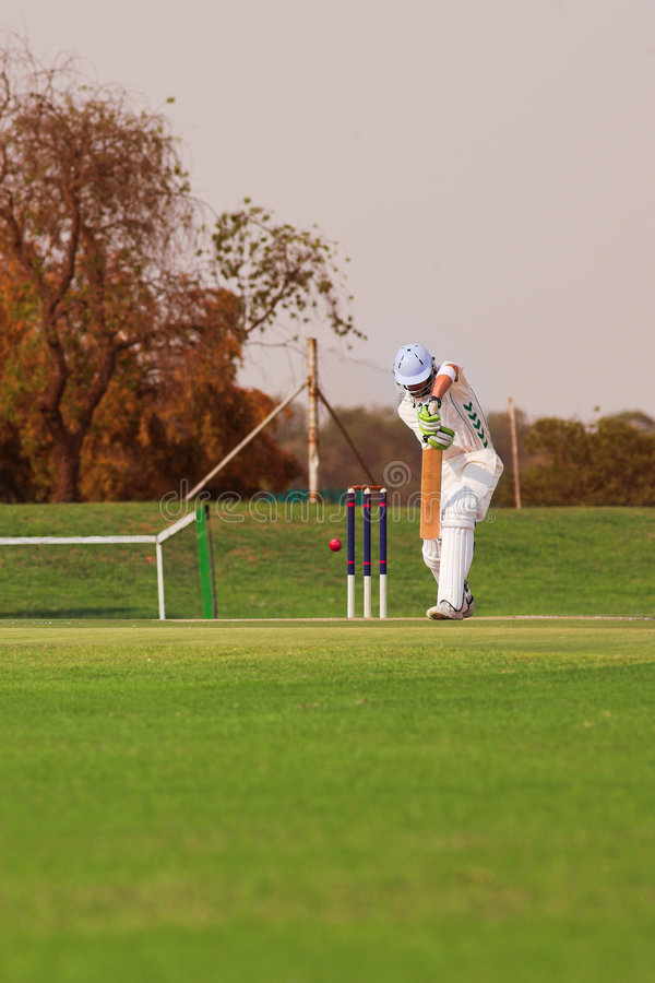 Joueur de cricket heurtant la bille photo stock