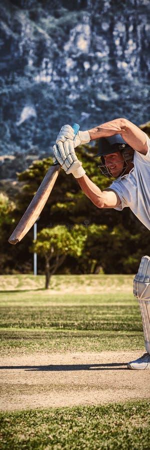 Joueur de cricket jouant sur le champ pendant le jour ensoleillé image stock