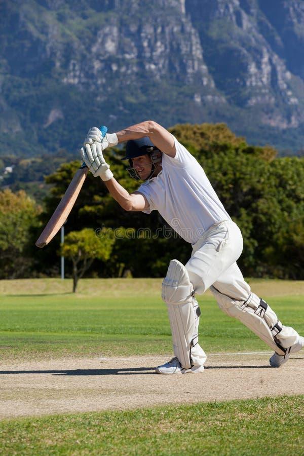 Joueur de cricket jouant sur le champ pendant le jour ensoleillé photo libre de droits