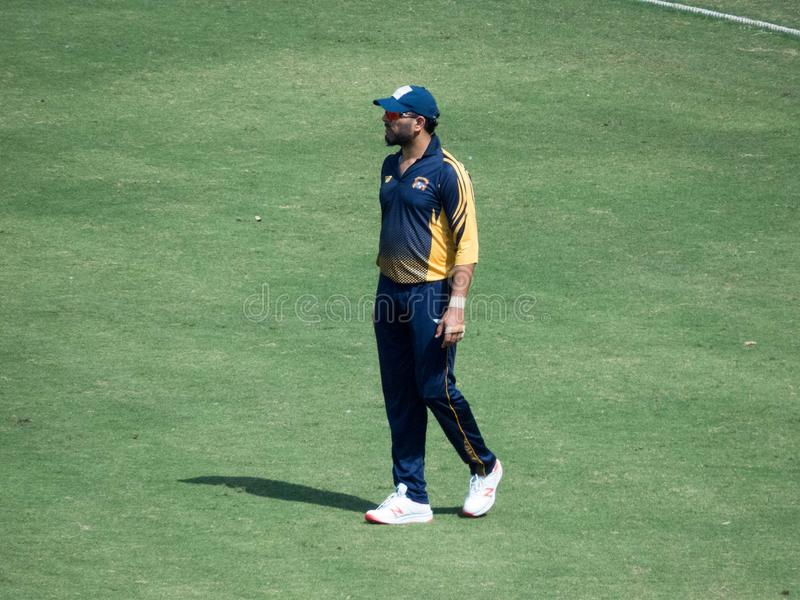 Joueur de cricket Yuvraj Singh Fielding dans un match photographie stock
