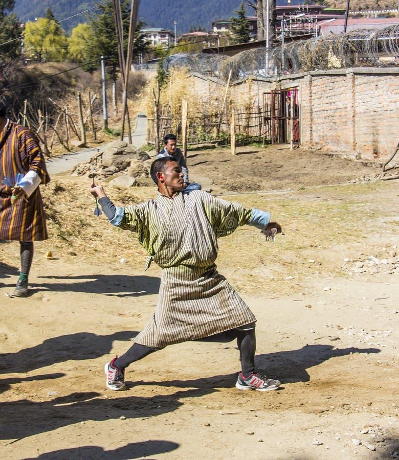 Joueur de dard au Bhutan images libres de droits
