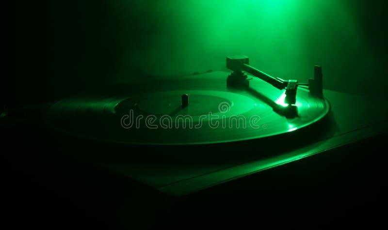 Joueur de disque vinyle de plaque tournante Rétro équipement audio pour le jockey de disque Technologie saine pour que le DJ méla images stock