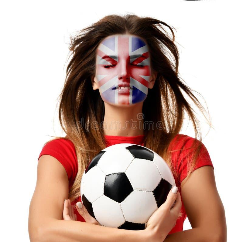 Joueur de femme de sport de fan de l'Angleterre dans le ballon de football uniforme rouge de prise célébrant avec les cheveux ven images stock