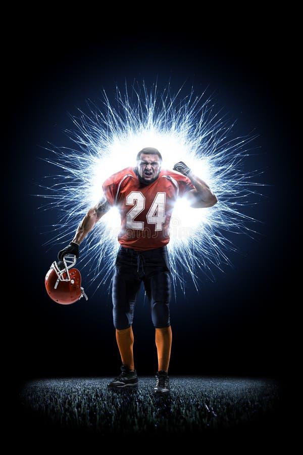 Joueur de football américain dans l'action d'isolement sur le noir images libres de droits
