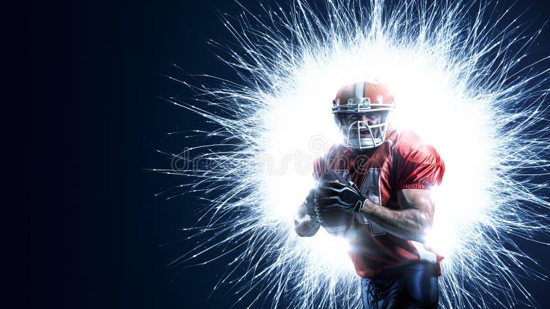 Joueur de football américain dans l'action sur le noir photos stock