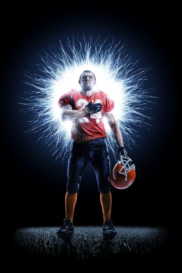 Joueur de football américain dans l'action sur le noir images libres de droits