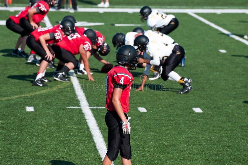 Joueur de football américain de lycée étant prêt pour sortir pour photo stock