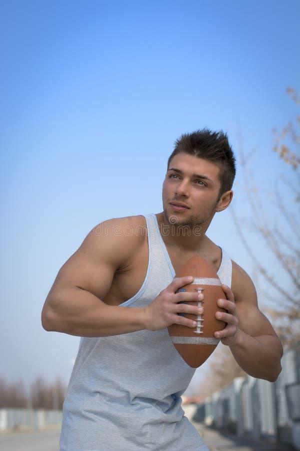 Joueur de football américain prêt à jeter la boule images stock
