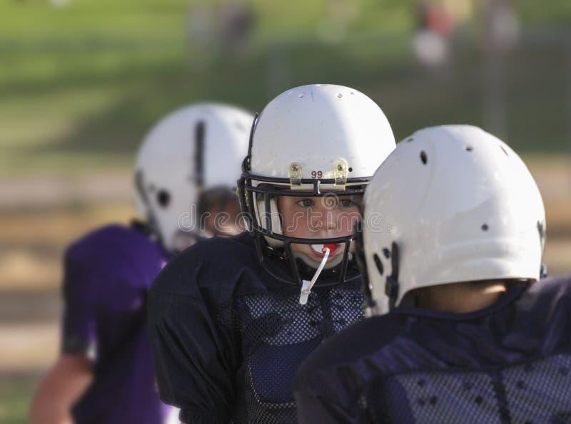 Joueur de football de la jeunesse se concentrant sur le jeu photographie stock libre de droits