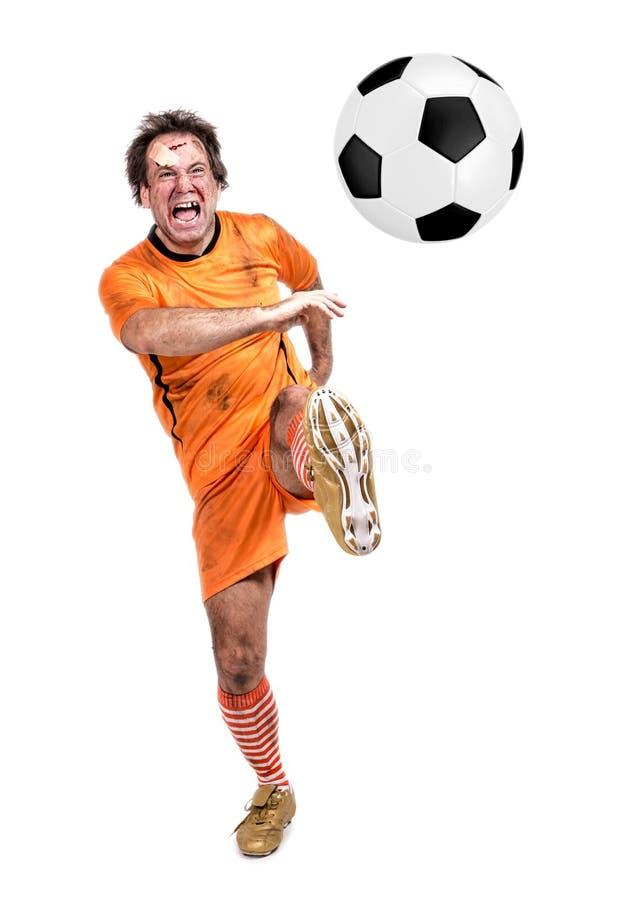 Joueur de football du football donnant un coup de pied la boule images stock