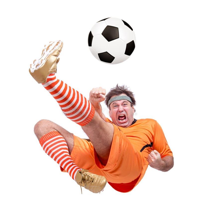 Joueur de football du football donnant un coup de pied la boule image stock