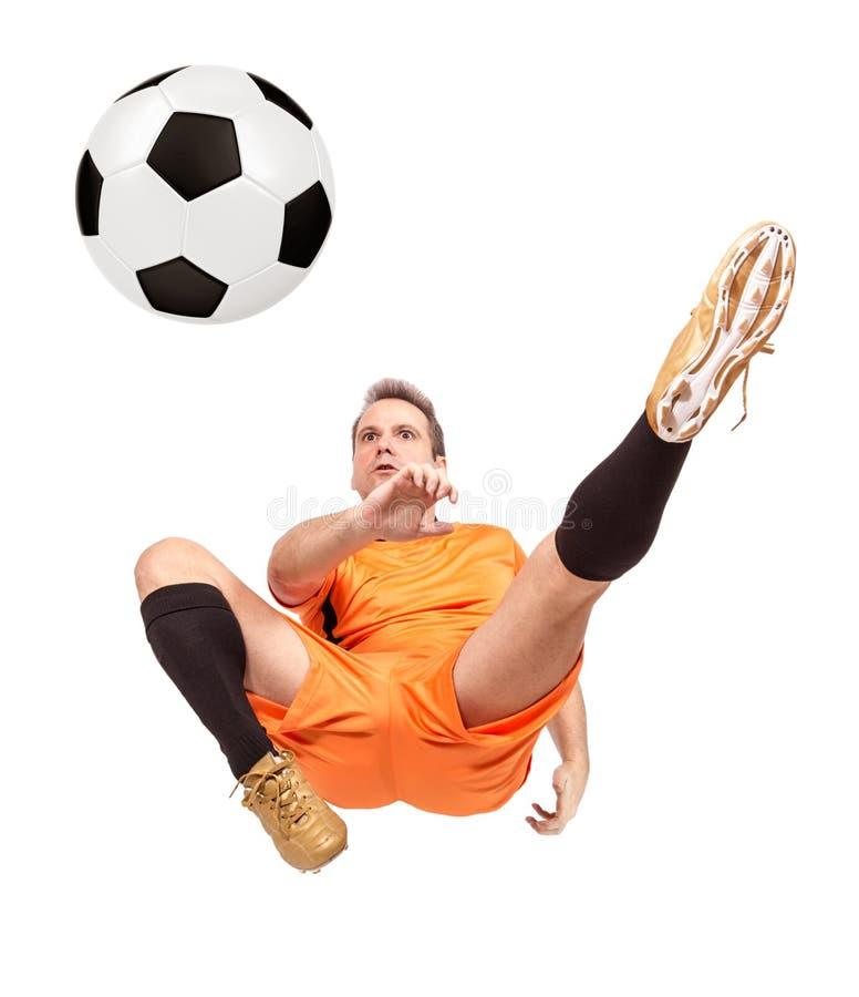 Joueur de football du football donnant un coup de pied la boule image libre de droits