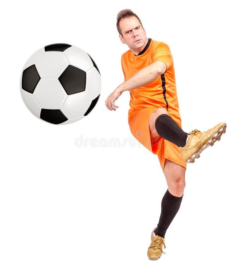 Joueur de football du football donnant un coup de pied la boule images libres de droits