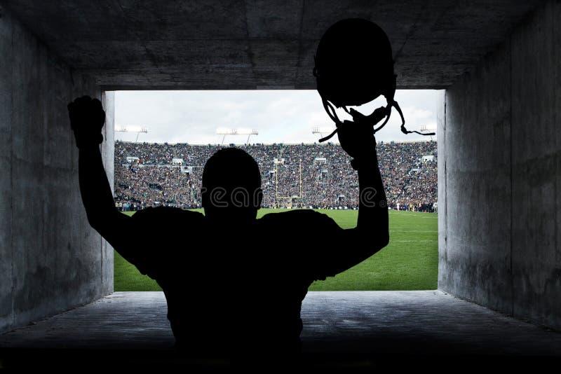 Joueur de football exécutant hors du tunnel de stade photographie stock