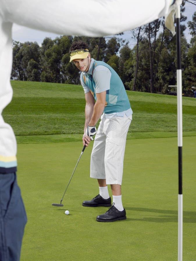 Joueur de golf mettant sur le vert photographie stock libre de droits