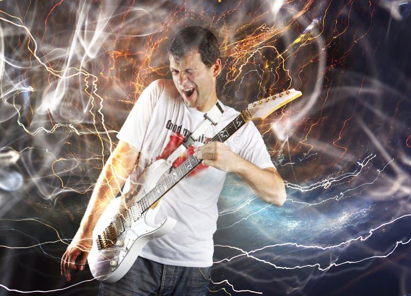 Joueur de guitare avec la guitare électrique blanche images stock