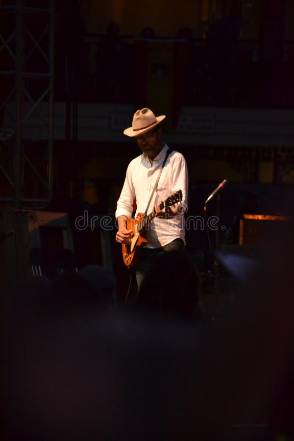Joueur de guitare pour la bande Mofro photos stock