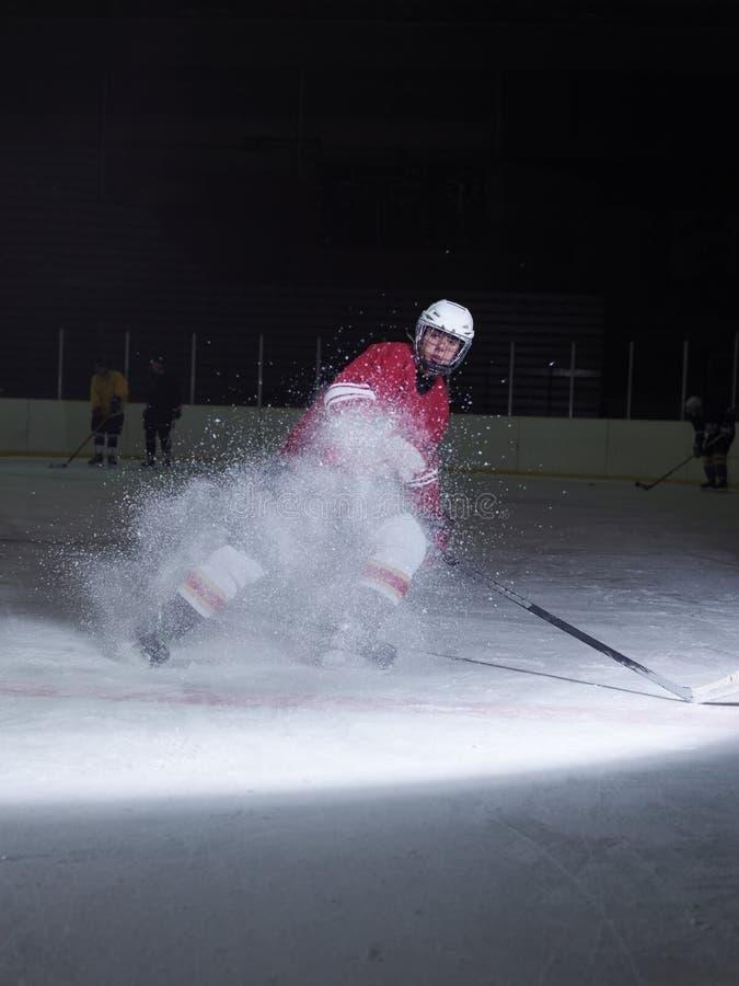 Joueur de hockey de glace dans l'action photographie stock libre de droits
