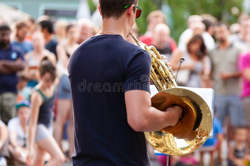 Joueur de klaxon de rue photos libres de droits