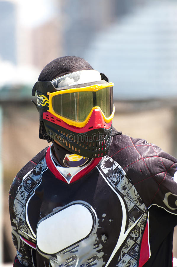 Joueur de Paintball observant le champ photo stock