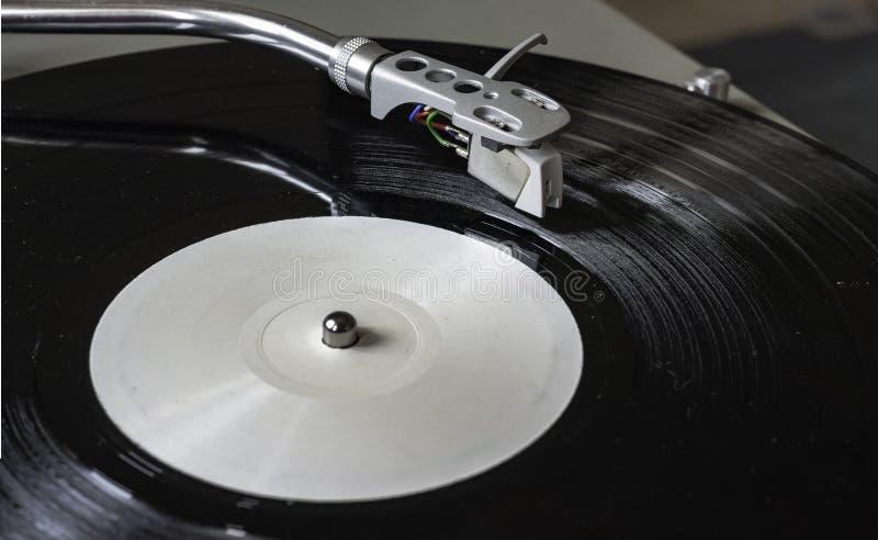 Joueur de plaque tournante de plan rapproché jouant le disque de disque vinyle images libres de droits