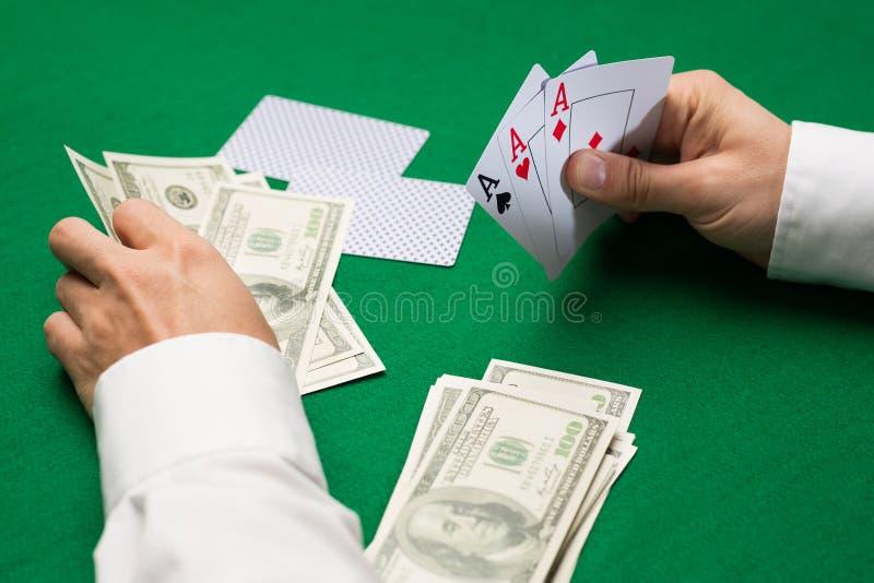 Joueur de poker avec des cartes et argent au casino image libre de droits