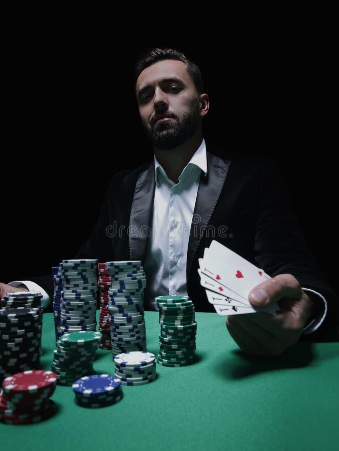 Joueur de poker heureux gagnant et tenant une paire d'as image libre de droits